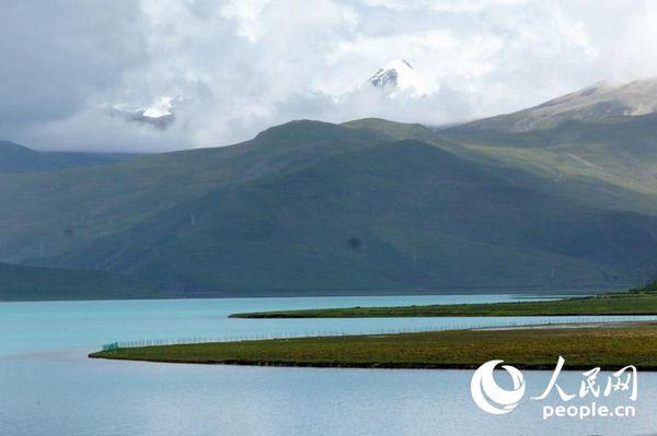 湖水会显现出层次极其丰富的蓝色