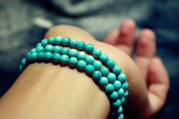 美女手腕上佩戴的绿松石手链
