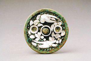 唐代镶绿松石螺钿鹦鹉纹铜镜赏析