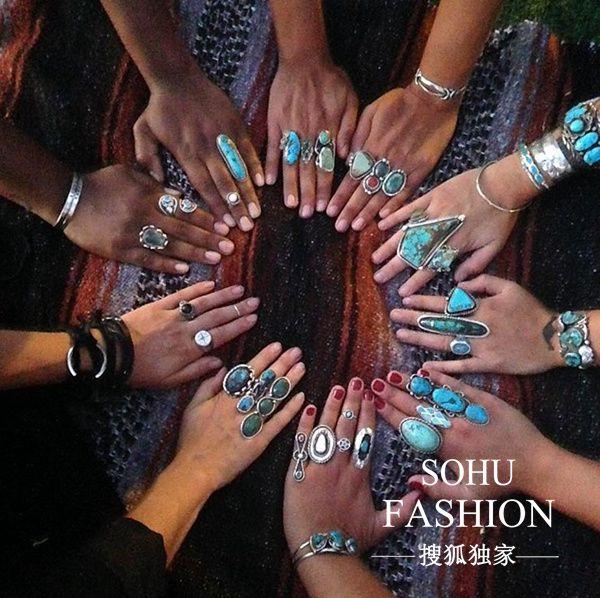 许多戴着绿松石戒指的手