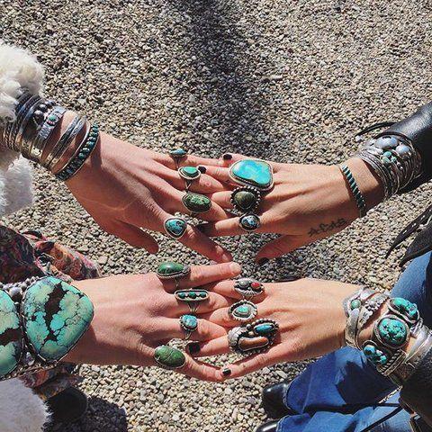2双戴满绿松石戒指的手
