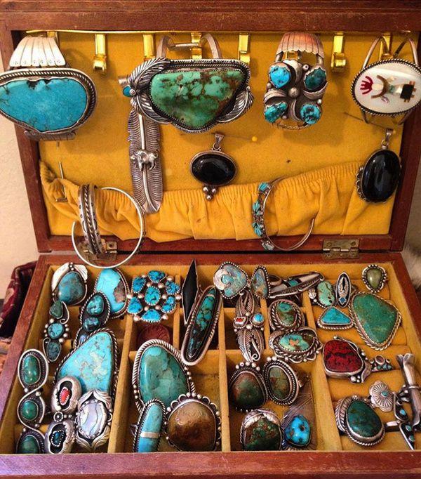 装满绿松石饰品的宝箱