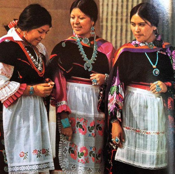 三名佩戴绿松石饰品的女性