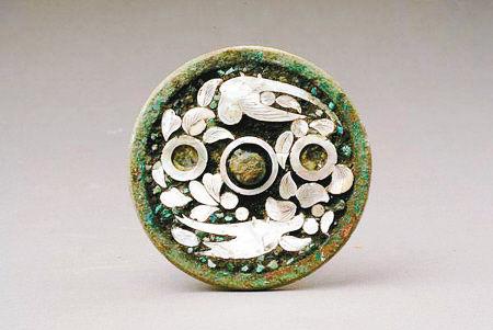 唐代镶绿松石螺钿鹦鹉纹铜镜
